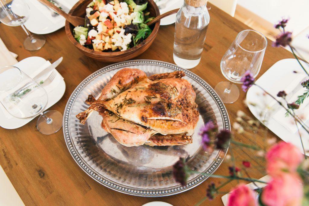 gebraden kip in het midden van de tafel