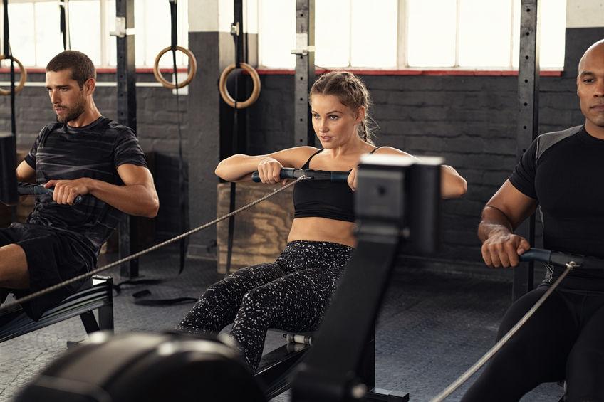 Mannen en vrouw in sportschool na inname curcumine