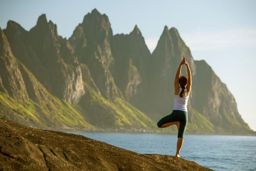 meisje doet yoga op het strand