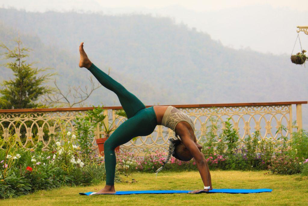 meisje beoefenen van yoga buitenshuis