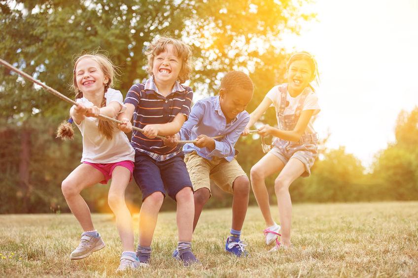 een groep kinderen die in een kamp spelen