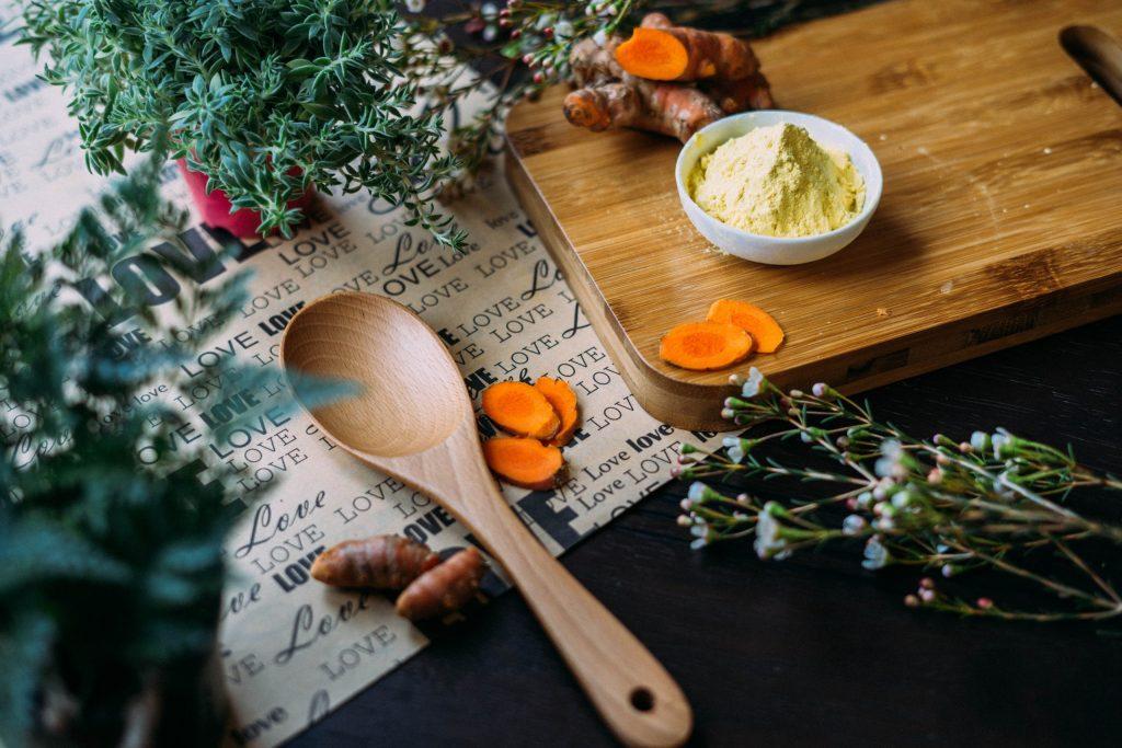 het bereiden van een gerecht met kurkuma