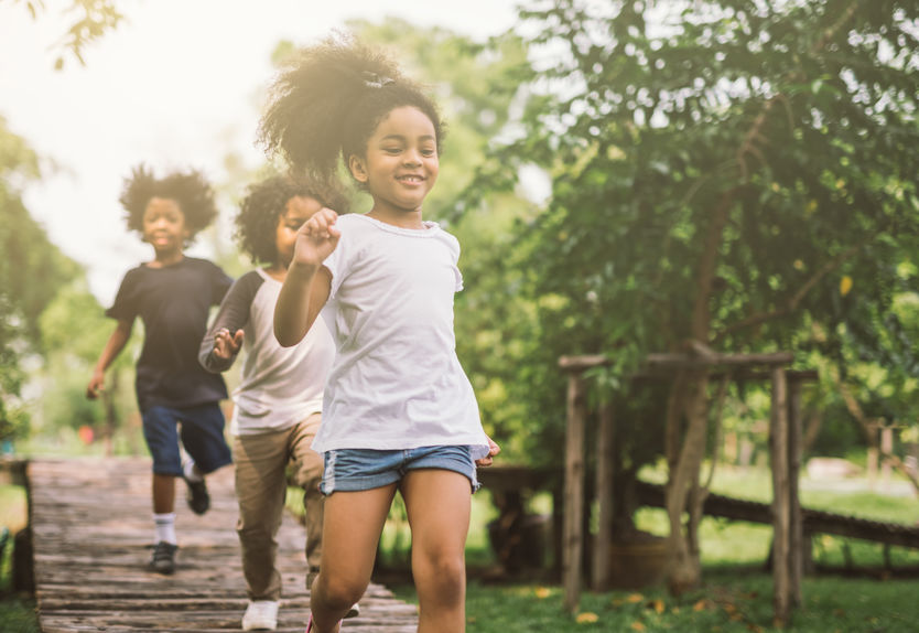 een groep kinderen rennen en spelen in een park