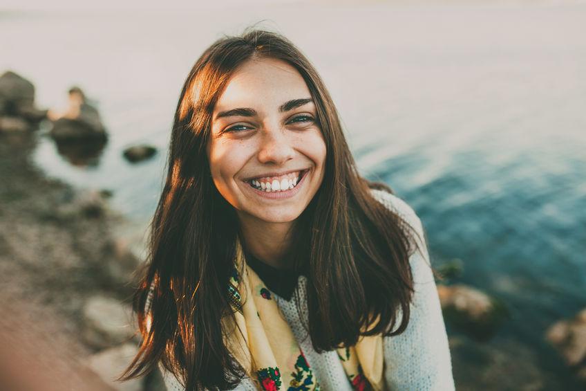 lachend meisje in park