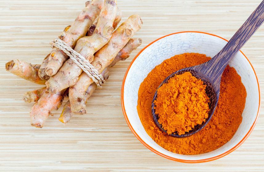 kurkumapoeder en wortel