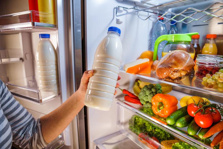 melk uit de koelkast halen