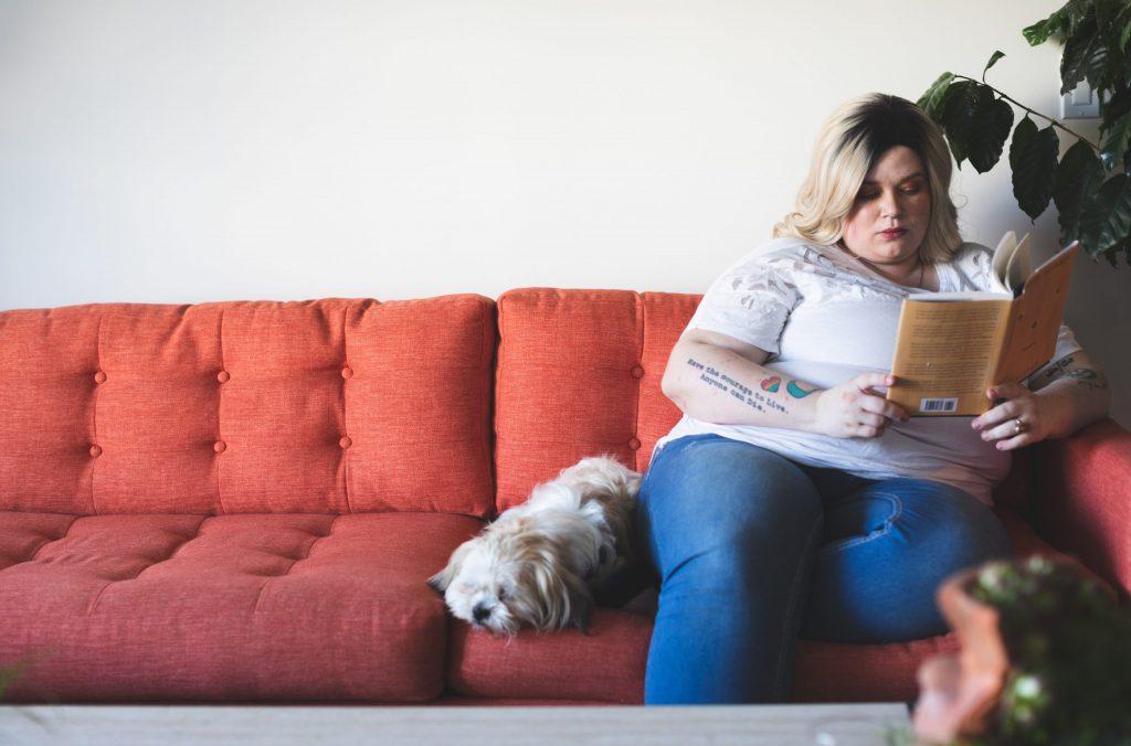 overgewicht meisje op fauteuil
