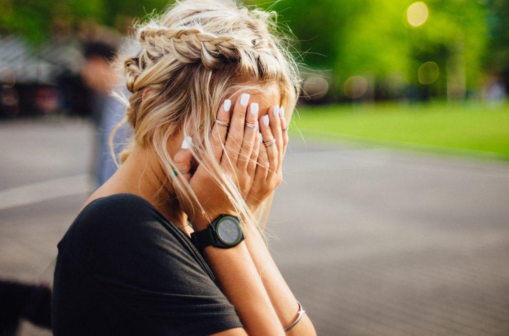 verlegen meisje in de fotografie