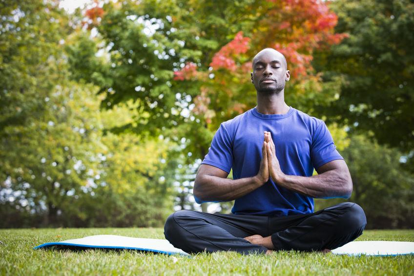 jongen beoefenen van yoga buiten boek