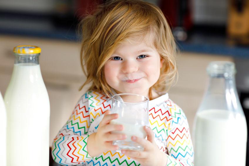 klein meisje dat wat melk drinkt